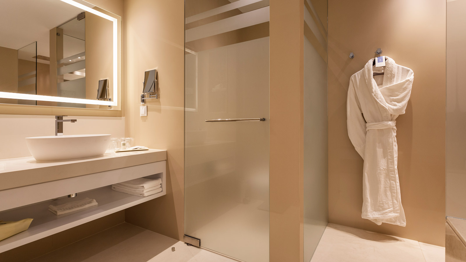 lux199-Premium-Deluxe-Room-Bathroom